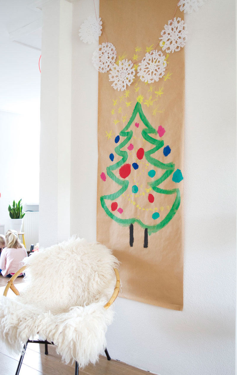 Bloesem Giving | DIY christmas tree with doily snowflake bunting