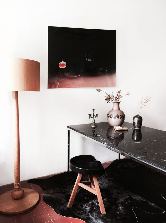 Bloesem living | Tuesday tales with DREAM - black marble table by Knoll